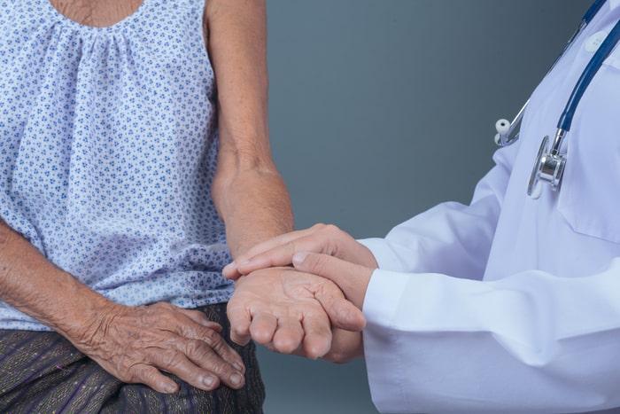 Enfermeira cuidando de idosa