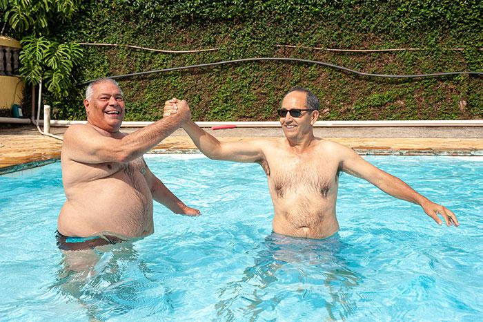 Idosos se divertindo na piscina