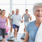 Saúde na terceira idade: 5 exercícios para fazer em casa com os idosos